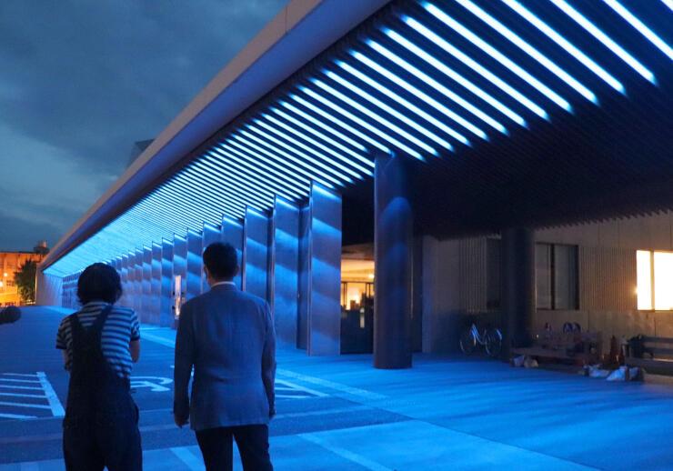 青い光の演出でライトアップされた越後妻有文化ホール「段十ろう」=十日町市本町1