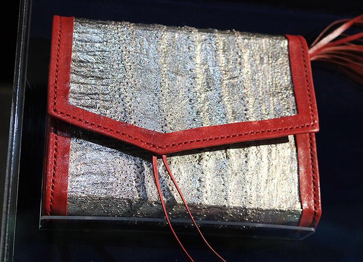 銀色の部分にリュウグウノツカイの革が使われている。粒状の突起など革の質感を生かした
