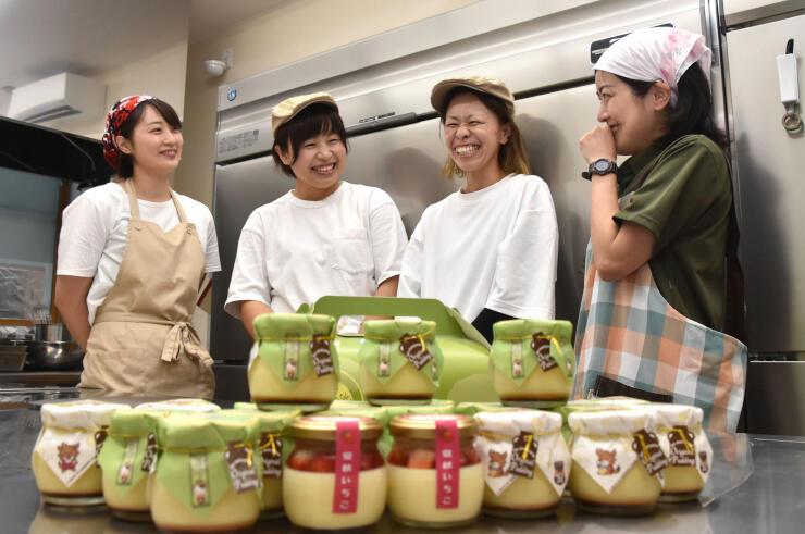 プリンを作る(右から)宮沢さん、堀越さん、丸山さん、中藤さん