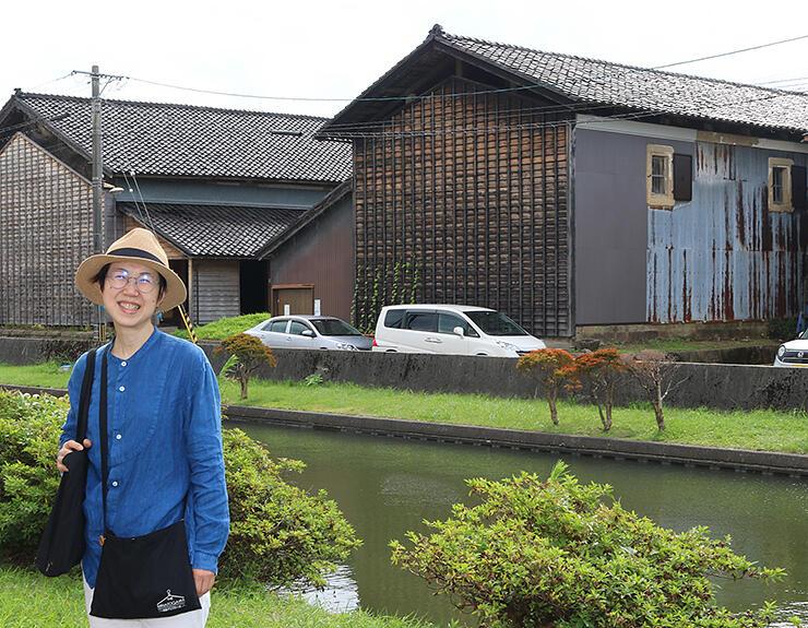 湊川沿いの空き倉庫(右)を拠点に交流の輪を広げようと一般社団法人を設立した林さん。左隣は市が改修した貸しスペース「みなとがわ倉庫」