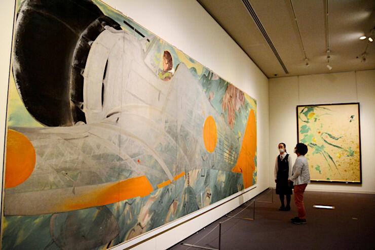 透けた日本軍用機の機体越しに中国大陸を描いた作品(左)などが並んだ企画展