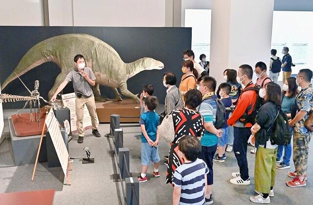 開館20周年記念企画展を楽しむ大勢の来場者=7月23日、福井県勝山市の福井県立恐竜博物館