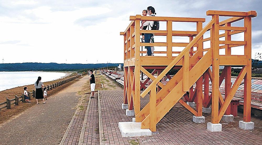 「世界一長いベンチ」に設置された展望デッキ=志賀町富来領家町