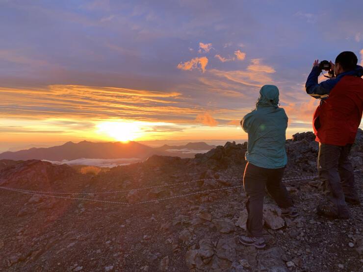 白馬岳山頂から望む御来光。美しさが登山者を魅了した=24日午前4時47分、白馬村