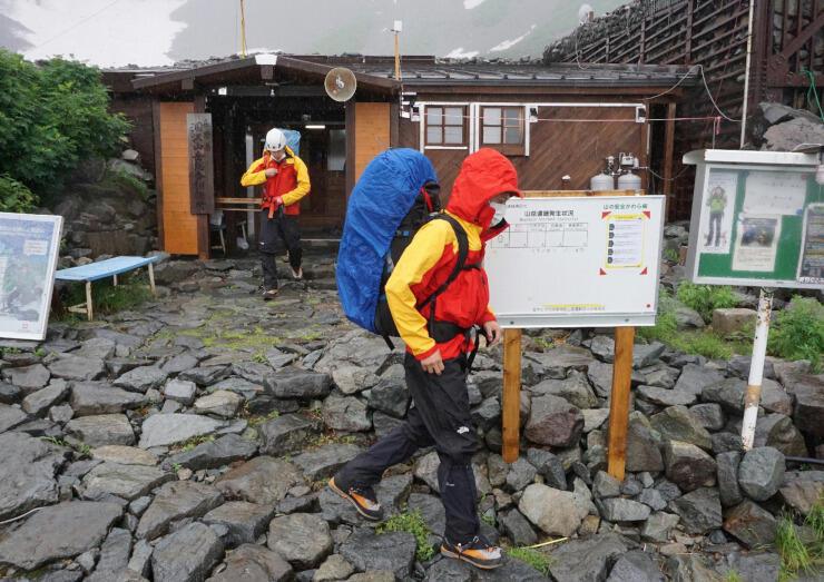 登山者を救助するため涸沢の基地を出発する県警山岳遭難救助隊員=23日午後1時24分、松本市