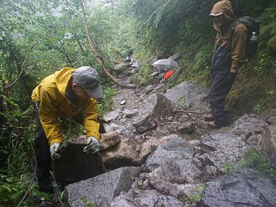 雨で傷んだ登山道 修繕 北ア・涸沢の山小屋従業員ら