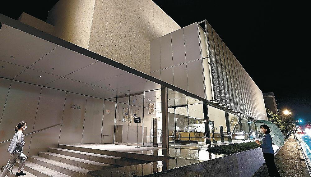 開館1周年を記念し、ライトアップされた谷口吉郎・吉生記念金沢建築館=寺町5丁目