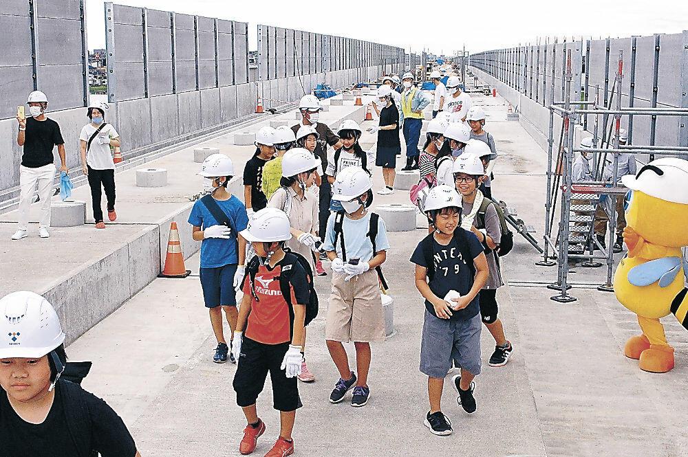 北陸新幹線高架橋の上を見学する住民=小松市今江町