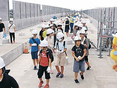 高架橋歩き「新幹線楽しみ」 小松で児童ら180人