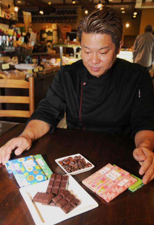 出品するチョコレートを見つめる清水さん