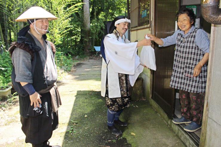 配信動画の撮影のため中ノ俣を訪れた越後上越上杉おもてなし武将隊のメンバーたち=上越市