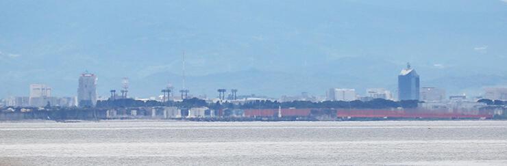 魚津市の海岸から見えた蜃気楼。富山市方面の風景が伸び上がって見える=27日午後1時50分ごろ (松下奈々撮影)