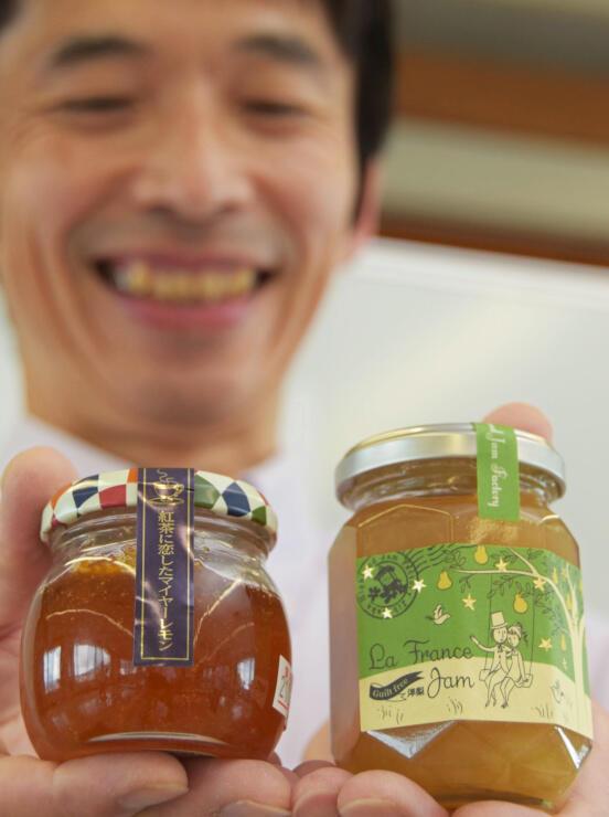 マイヤーレモンの紅茶専用ジャム(左)と、砂糖を使わず仕上げたラ・フランスのジャム