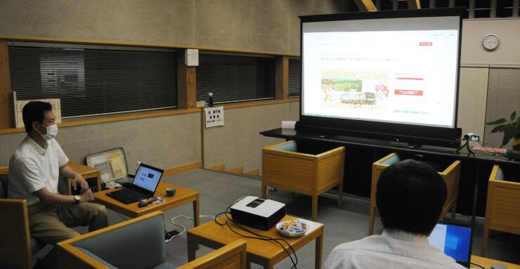 上田市マルチメディア情報センターで打ち合わせをする実行委員会のメンバー