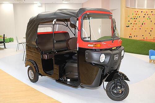 平日は住民の交通手段としても利用を図る電気三輪自動車
