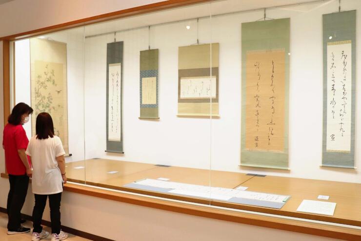 出湯温泉滞在中の作とみられる折口信夫の書などを紹介する市所蔵品展覧会=阿賀野市外城町