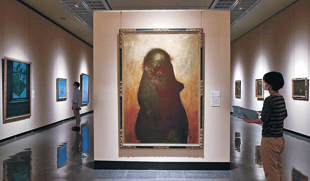展示された作品の最終確認を行う職員=石川県立美術館