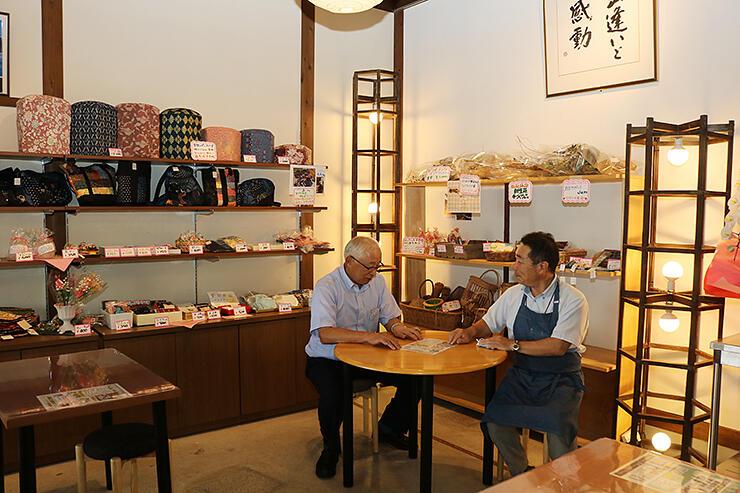 リニューアルオープンに向け準備を進める伏江駅長(左)と津田店長