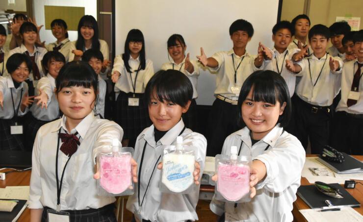 2種類の「甘酒アイス」をアピールする生徒たち
