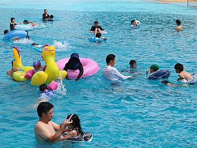 波のプール楽しいね 太閤山ランドで営業開始