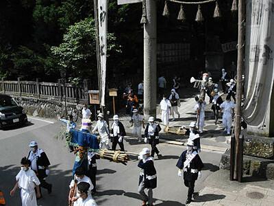 「柴舟」なし静かな行列 諏訪大社下社の「お舟祭り」