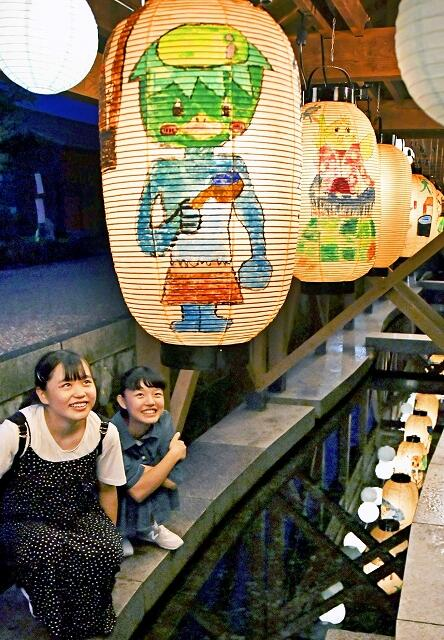 御清水をライトアップした提灯=7月31日夜、福井県大野市泉町