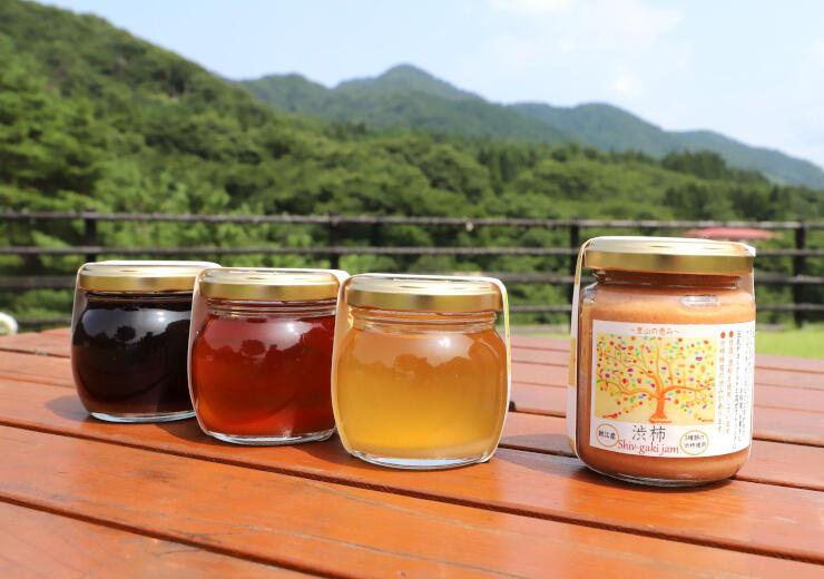胎内市鍬江地区の住民らが作った渋柿ジャム(右)と、樹液を採取した時季ごとに味わいが異なるメープルシロップ