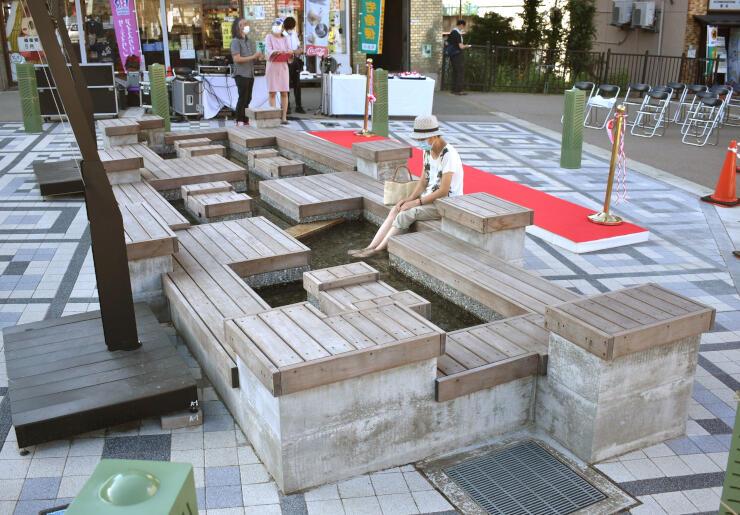 越後湯沢駅西口に完成した足湯=湯沢町