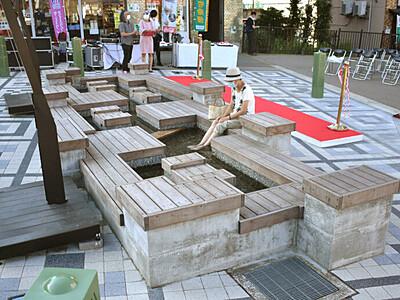 足湯で癒やし 温泉街歩いて 越後湯沢駅西口