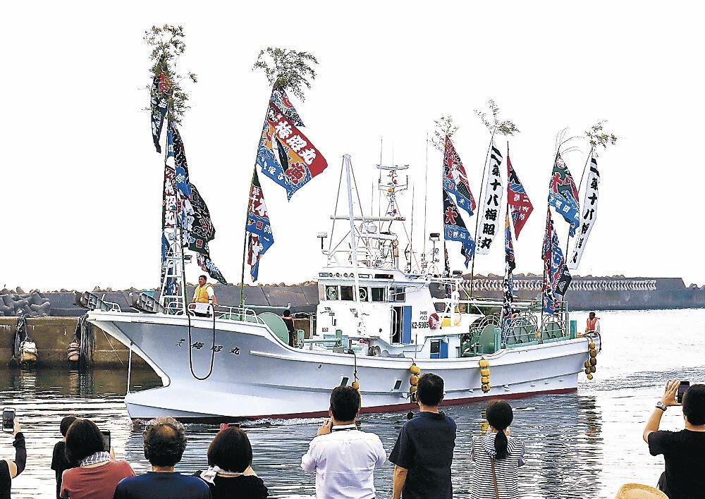 橋立漁港に初入港した新造船の「第十八梅昭丸」=加賀市