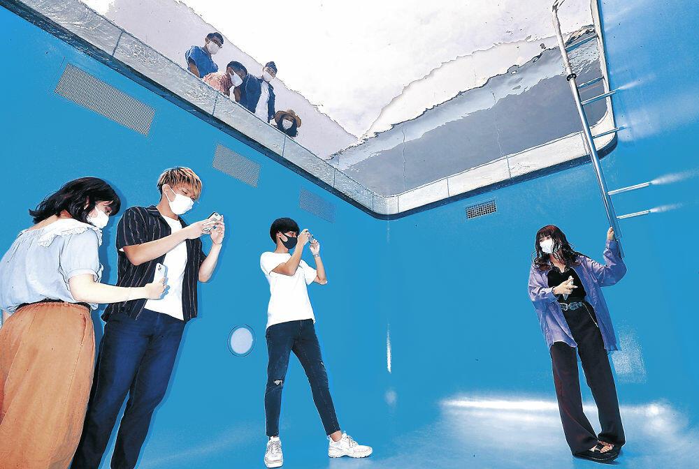 「スイミング・プール」の地下部を鑑賞する来館者=金沢21世紀美術館