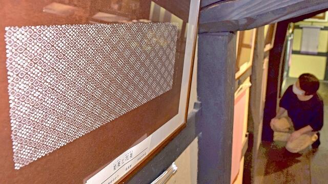 和紙に彫られた緻密な模様が特徴の「伊勢型紙」の展示会=8月4日、福井県越前市新在家町の卯立の工芸館