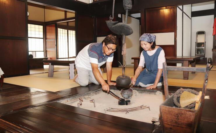 農家民宿を営む福神淳さん(左)と瞳さん。オープン1周年を迎える