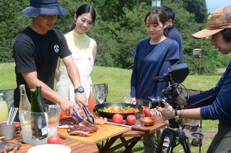 シードルの発信に向けて制作するPR動画の撮影に臨む湯沢さん(左から2人目)ら