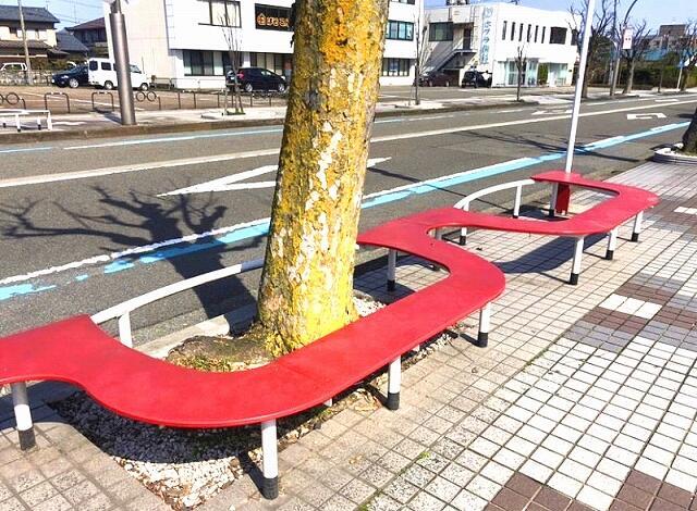 メガネのフレームの形にデザインされたベンチ=福井県鯖江市