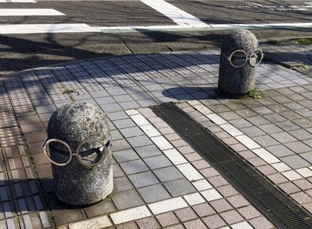 歩道にある車止めにも眼鏡がかけられ、まるで「ミニオン」