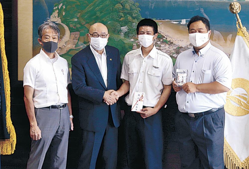 梶市長に健闘を誓った井口主将(右から2番目)=輪島市役所