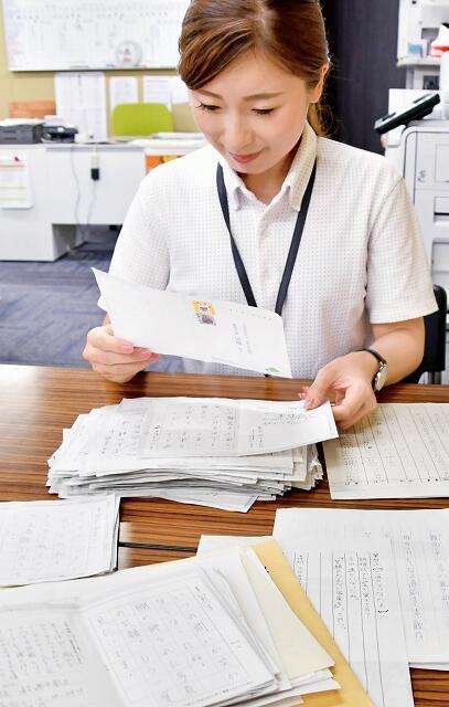 一筆啓上賞の応募作品を確認するスタッフ=福井県坂井市一筆啓上日本一短い手紙の館