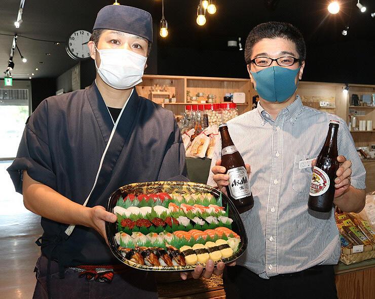 10日からすしの盛り合わせの販売を始める東駅長(右)と橋本さん