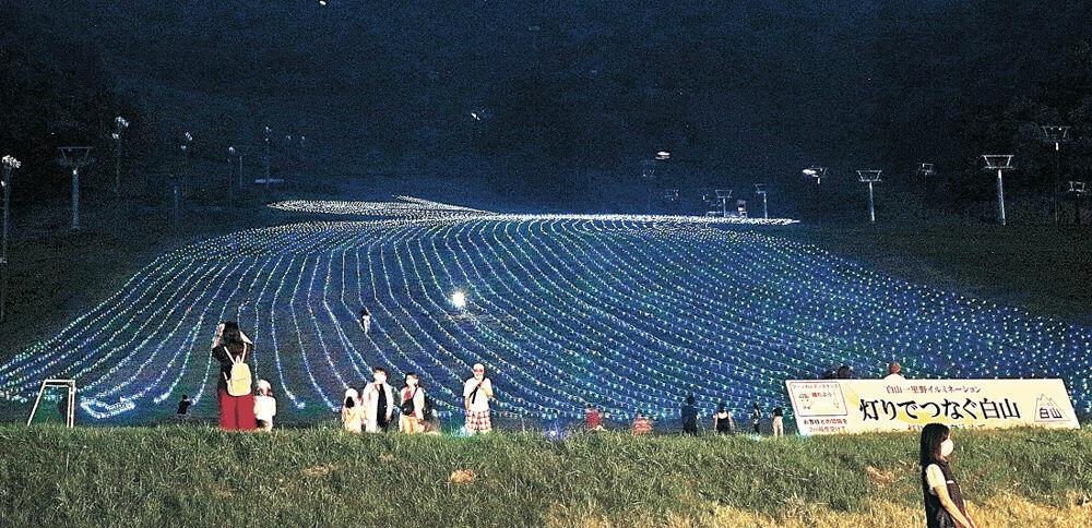 ゲレンデに浮かび上がった灯り=白山市の白山一里野温泉スキー場