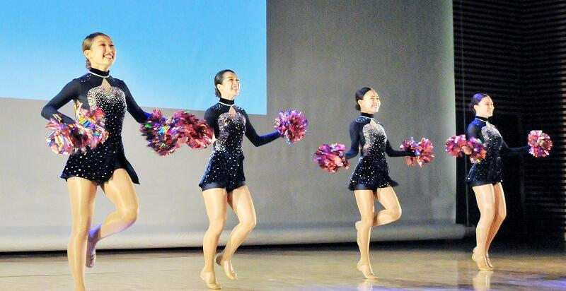 「チアドリームプロジェクト」として初めてのパフォーマンスを披露した4人=8月9日、福井県福井市のハピリンホール