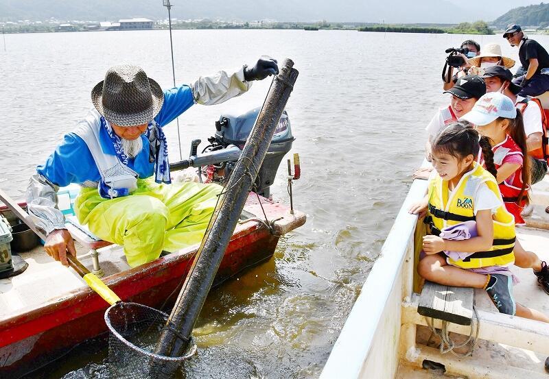 ウナギ筒漁を見学する子どもら=8月9日、三方湖