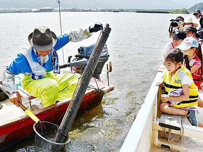 伝統ウナギ漁、間近で見学 三方五湖で地元児童ら