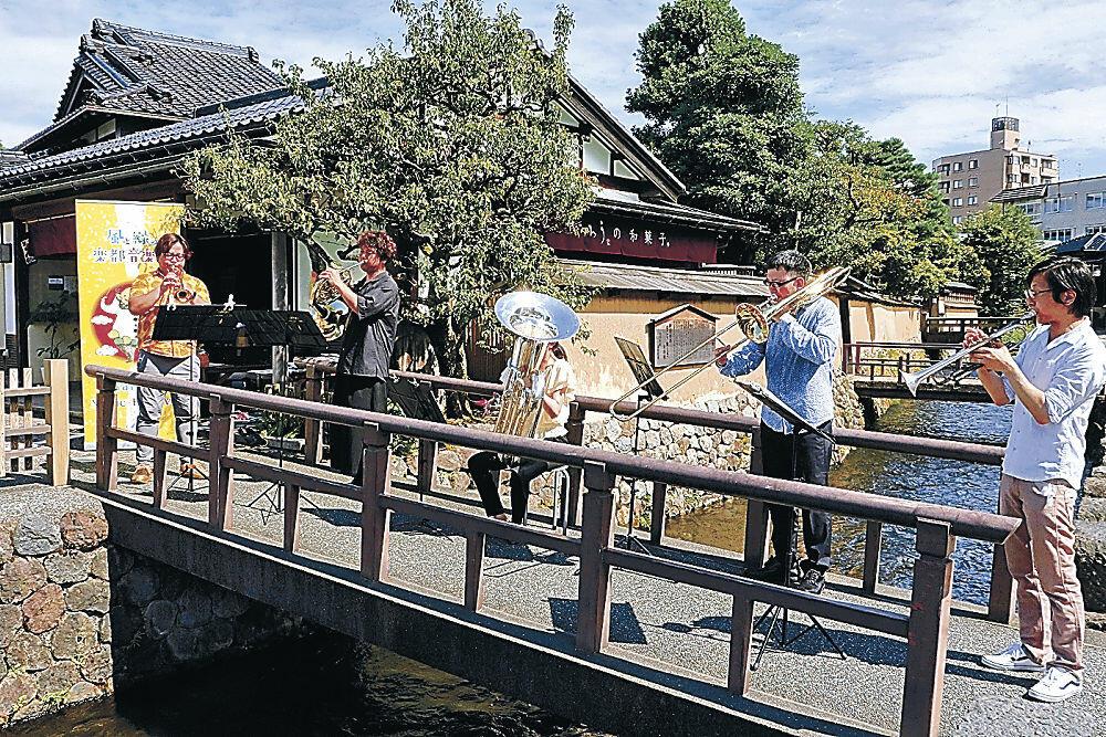 金管五重奏を披露する音楽家=金沢市長町1丁目