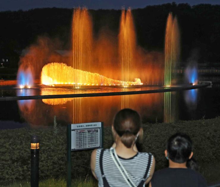 色とりどりにライトアップされ、輝く噴水=6日、長岡市の国営越後丘陵公園