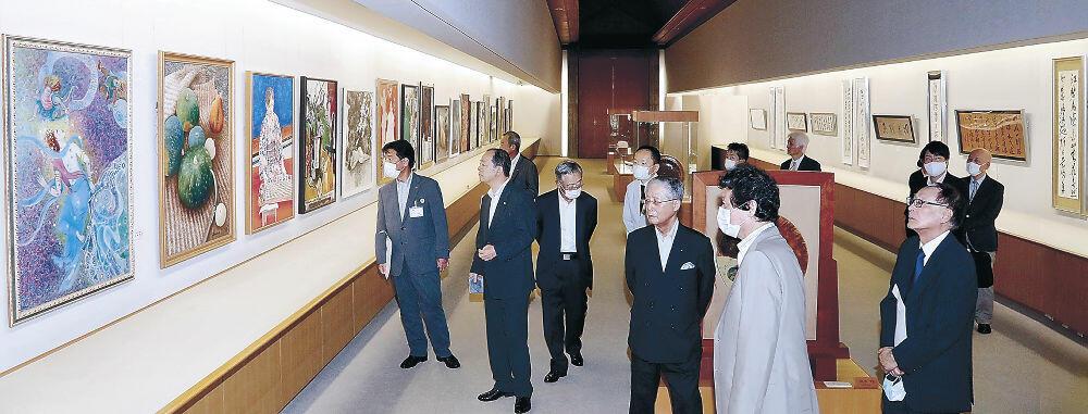 作品を鑑賞する開場式の出席者=能美市九谷焼美術館「浅蔵五十吉記念館」