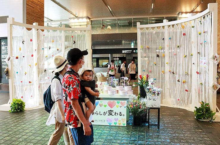 フラワーカーテンが展示された会場=富山駅南北自由通路