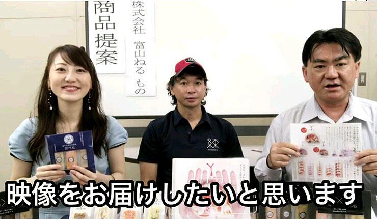 動画の中で取引先の商品を紹介する船橋専務(右)