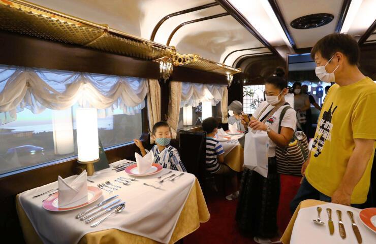 トワイライトエクスプレスの旅情が味わえる再現車両=9日、糸魚川市