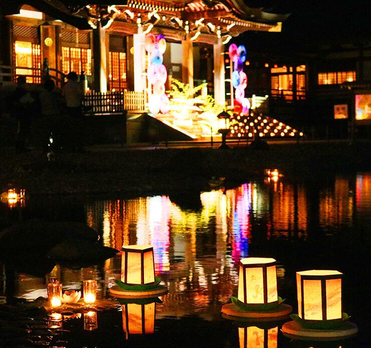 池に灯籠を浮かべ、幻想的な雰囲気に包まれた境内